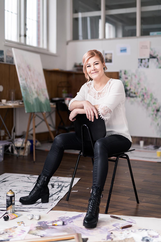Taiteilija Laura Huhtakallio istumassa ataljeessaan